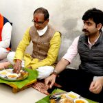 Chief Minister Shri Chouhan served food at Nikhil government's house in Dewas